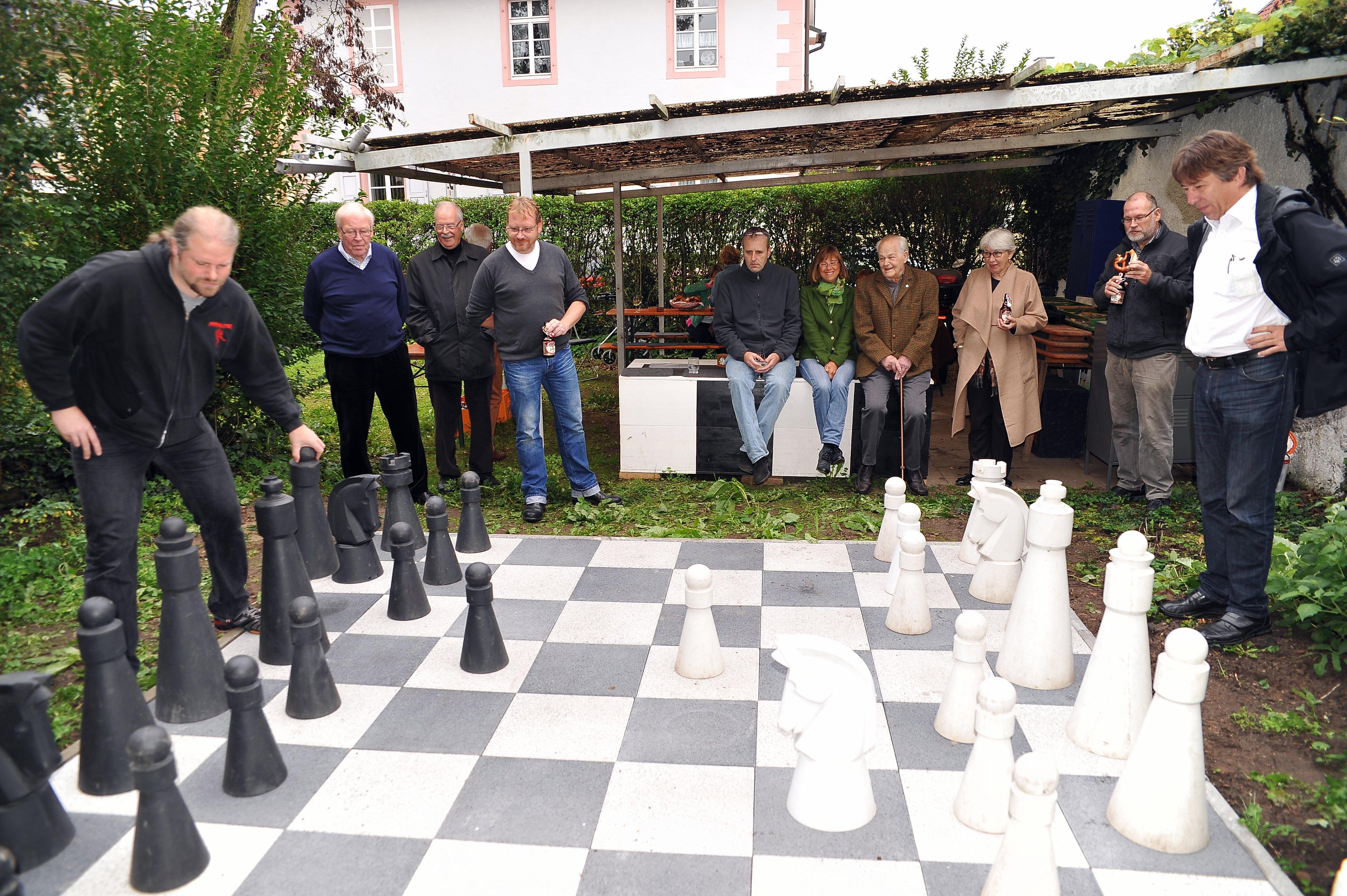 Bürgermeister Peter Schneider im Spiel mit Dominik Mangelman Foto: Henning Hehner